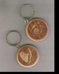 Сувенир Брелок Байкал деревян. d=4,5 резной в ассорт (омуль, голова нерпы)